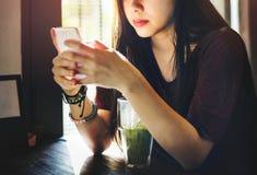 Concepto de consumición de la tecnología del teléfono móvil de la bebida de la mujer Fotografía de archivo