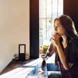 Concepto de consumición del té de la mujer joven Fotografía de archivo libre de regalías