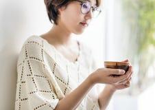 Concepto de consumición de la relajación del refresco de la bebida del té de la muchacha asiática fotos de archivo libres de regalías