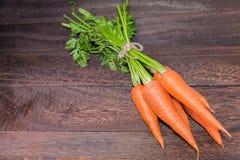 Concepto de consumición y de dieta sano, zanahoria fresca en una madera gris Foto de archivo