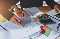 Concepto de contabilidad de la mujer de negocios del trabajo en equipo financiero fotos de archivo libres de regalías