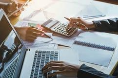 Concepto de contabilidad de la mujer de negocios del trabajo en equipo financiero fotos de archivo