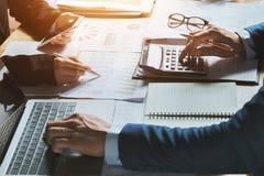 Concepto de contabilidad de la mujer de negocios del trabajo en equipo financiero foto de archivo
