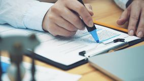Concepto de contabilidad: los marcadores de la mano son un número importante en un documento Verificación de documentos important metrajes