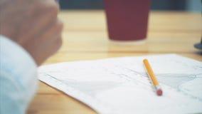 Concepto de contabilidad: los marcadores de la mano son un número importante en un documento Verificación de documentos important almacen de video