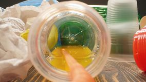 Concepto de contaminación del planeta y del desastre ambiental Una mirada dentro de la botella plástica usada almacen de metraje de vídeo