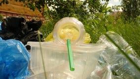 Concepto de contaminación del planeta y del desastre ambiental Una mirada dentro de la botella plástica usada en hierba verde almacen de metraje de vídeo