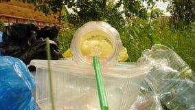 Concepto de contaminación del planeta y del desastre ambiental Una mirada dentro de la botella plástica usada en hierba verde almacen de video