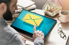 Concepto de correspondencia de negocio, reacci?n, haciendo publicidad v?a Internet imagen imágenes de archivo libres de regalías