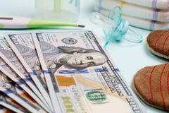 Concepto de costos y de gasto para las necesidades del bebé o del niño recién nacido Foto de archivo libre de regalías