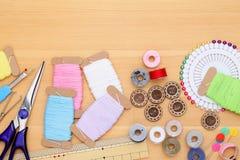 Concepto de costura de las herramientas, de la adaptación y de la moda Imágenes de archivo libres de regalías