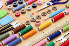Concepto de costura de las herramientas, de la adaptación y de la moda Imagen de archivo libre de regalías