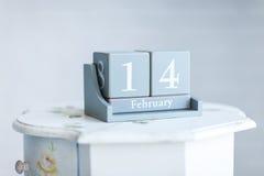 Concepto de día del ` s de la tarjeta del día de San Valentín calendario de la tabla con el ` Februa de la fecha Imagen de archivo libre de regalías