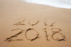 Concepto de días de fiesta La Feliz Año Nuevo 2018 substituye 2017 en la playa del mar Imagen de archivo