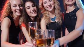 Concepto de días de fiesta y de vida nocturna Grupo de mujeres hermosas jovenes con los vidrios de champán en un partido metrajes