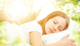 Concepto de descanso y relajación mujer que duerme en cama en el CCB Fotos de archivo libres de regalías
