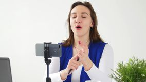 Concepto de difusiones que bloguean y video El v?deo o la difusi?n femenino joven de la grabaci?n del blogger vive en smartphone almacen de video