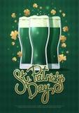 Concepto de diseño con tres vidrios y letras de cerveza: Día del ` s de St Patrick ilustración del vector