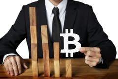Concepto de diseño de Bitcoin abajo del grap decreciente de la caída de la tendencia del crecimiento Fotos de archivo libres de regalías