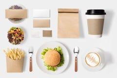 Concepto de diseño del sistema de la hamburguesa y de café de la maqueta en blanco Imagen de archivo