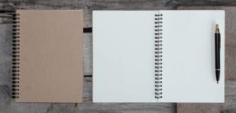 Concepto de diseño - vista superior del bolígrafo del cuaderno y de Kraft del hardcover Foto de archivo