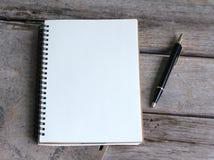Concepto de diseño Vista superior del bolígrafo del cuaderno y de Kraft del hardcover Fotos de archivo libres de regalías
