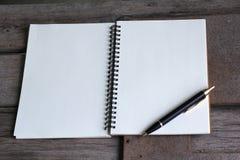 Concepto de diseño Vista superior del bolígrafo del cuaderno y de Kraft del hardcover Imágenes de archivo libres de regalías