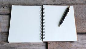 Concepto de diseño Vista superior del bolígrafo del cuaderno y de Kraft del hardcover Imagen de archivo libre de regalías