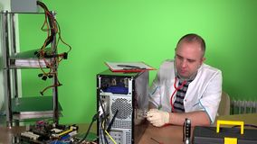Concepto de doctor del ordenador con salud de examen de la PC del estetoscopio en la oficina metrajes