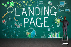 Concepto de Drawing Landing Page del hombre de negocios en la pizarra Imagen de archivo libre de regalías