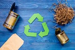 Concepto de Eco con el reciclaje de símbolo en la opinión superior del fondo azul de la tabla Imagen de archivo