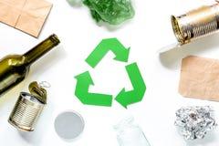 Concepto de Eco con el reciclaje de símbolo en la opinión superior del fondo blanco Imagen de archivo libre de regalías
