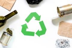 Concepto de Eco con el reciclaje de símbolo en la opinión superior del fondo blanco Imagen de archivo