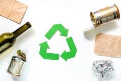 Concepto de Eco con el reciclaje de símbolo en la opinión superior del fondo blanco Fotos de archivo libres de regalías