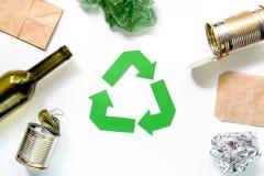 Concepto de Eco con el reciclaje de símbolo en la opinión superior del fondo blanco Fotos de archivo