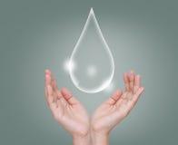 Concepto de Eco: Gota del agua del asimiento de la mano Fotografía de archivo libre de regalías