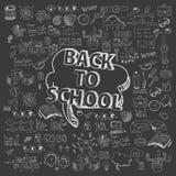 Concepto de educación El fondo de la escuela con las fuentes de escuela dibujadas mano y el discurso cómico burbujean con de nuev Imagenes de archivo