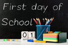 Concepto de educación o de nuevo a la escuela con las pertenencia de la escuela, e Fotos de archivo
