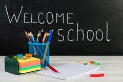Concepto de educación o de nuevo a la escuela con las pertenencia de la escuela, e Imagen de archivo libre de regalías