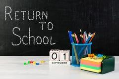 Concepto de educación o de nuevo a la escuela con las pertenencia de la escuela, e Imagen de archivo