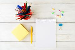 Concepto de educación, primer de septiembre o de nuevo a la escuela w Fotografía de archivo