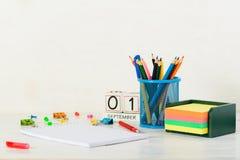 Concepto de educación, primer de septiembre o de nuevo a la escuela w Imágenes de archivo libres de regalías