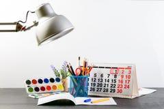 Concepto de educación, primer de septiembre o de nuevo a la escuela w Fotos de archivo libres de regalías