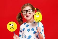 Concepto de emociones del ` s de los niños la muchacha del niño elige entre un triste fotografía de archivo libre de regalías