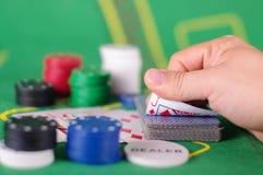 Concepto de engaño de la tarjeta de comprobación en juego de póker Fotos de archivo