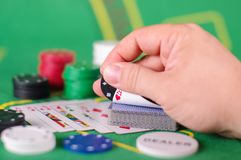 Concepto de engaño de la tarjeta de comprobación en juego de póker Fotos de archivo libres de regalías