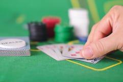 Concepto de engaño de la tarjeta de comprobación en juego de póker Foto de archivo libre de regalías