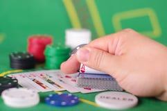 Concepto de engaño de la tarjeta de comprobación en juego de póker Imágenes de archivo libres de regalías