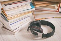 Concepto de escuchar los audiolibros Imágenes de archivo libres de regalías
