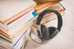 Concepto de escuchar los audiolibros Foto de archivo